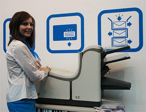 Техник-программист Ольга Южик у конвертовального аппарата на выставке Tibo 2011